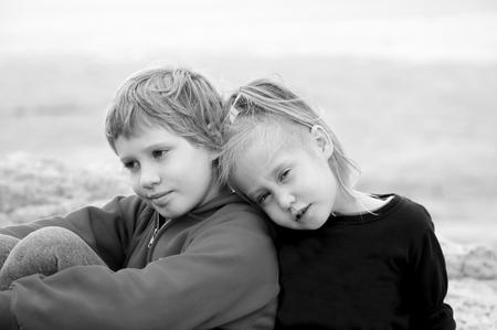 彼女の自閉症の 8 歳の兄屋外で 5 歳の少女の肖像画 写真素材