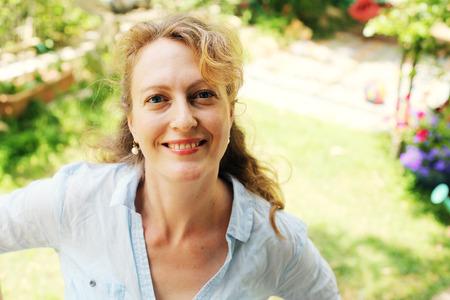 Portrait de la belle réelle 40 ans femme dans le parc Banque d'images - 60536226