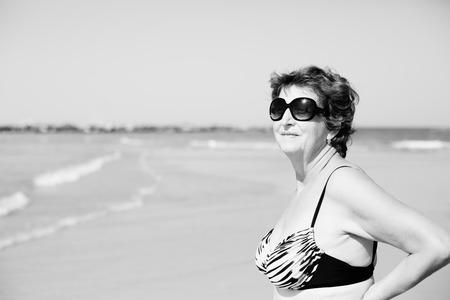 robo: Mujer mayor que se coloca en la playa