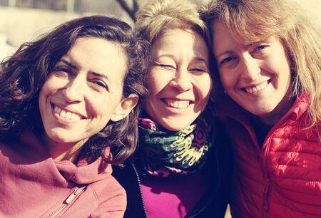 Porträt von drei reifen schönen Frauen draußen
