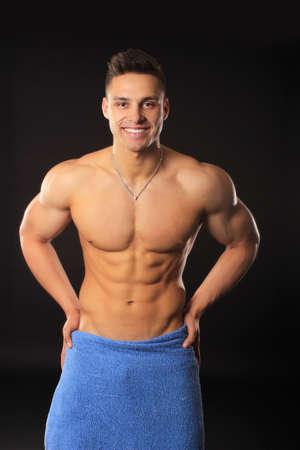 knappe bodybuilder man in korte broek met spieren