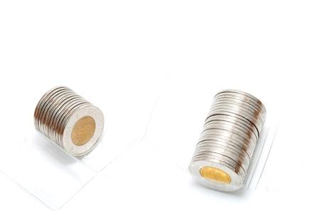흰색 배경에 2 달러 동전을 들고 플라스틱 롤