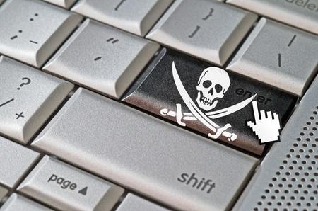 curseur souris: curseur Business concept de la souris pirate appuyant sur la touche Entr�e sur le clavier m�tallique