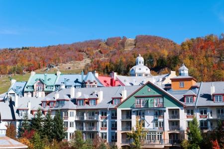 モン ・ トランブラン、ケベック、秋の間でカラフルなホテル