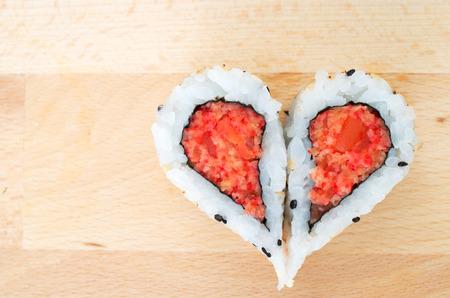 comida japonesa: Dos piezas de sushi que forman la forma del corazón