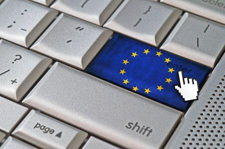 curseur souris: Business concept curseur de la souris en appuyant sur la touche Entr�e de l'Union europ�enne sur le clavier m�tallique