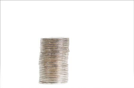 흰색 배경에 고립 된 은색 동전의 스택
