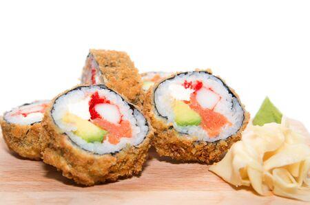 cangrejo: Cinco piezas de rollo japonesa frita con carne de cangrejo, salmón, aguacate, caviar, empanado crujiente aislados en el fondo blanco Foto de archivo