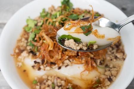 Plato de pastel de arroz glutinoso no vietnamitas del norte con carne molida de cerdo, Banh Duc Nong Thit Foto de archivo - 56207124