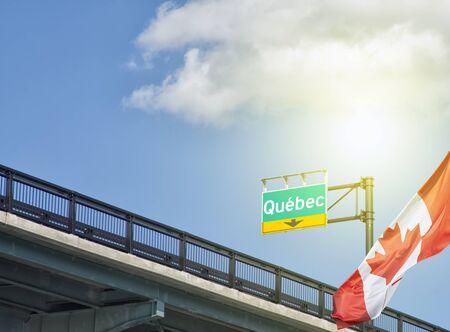 カナダの国旗の横に振って高速道路行先ケベック, ケベック州, カナダ