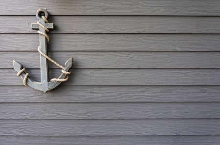ancre marine: ancre en bois sur le mur de fond Banque d'images