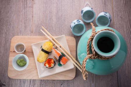japanese sake: conjunto de sushi japon�s sobre fondo de madera vieja