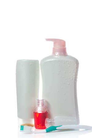 productos de aseo: Artículos de baño en el fondo blanco Foto de archivo