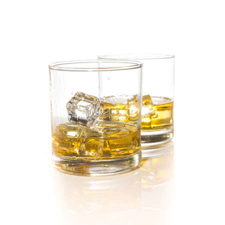 anteojos: vasos de whisky con cubitos de hielo aislados en blanco conjunto collage