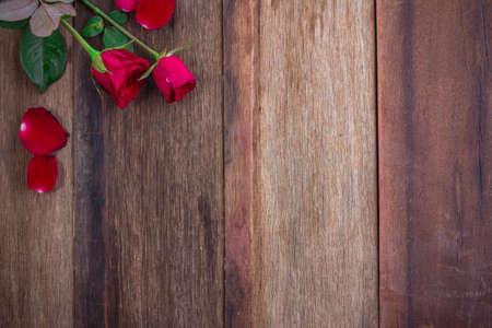 Rote Rosen auf Holzuntergrund Standard-Bild - 48494266