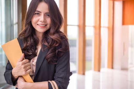 Femme d'affaires belle Asie sur fond de bureau bleu.