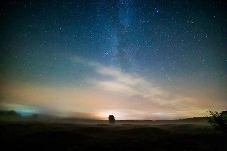 Nuit étoilée au-dessus d'une petite ville en Allemagne
