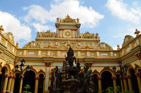bouddhisme: Un bouddhisme orn� pagode d'or