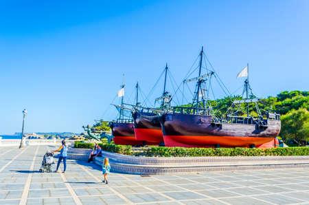 Historische marineboten in een openluchtvertoning aan de kust van Santander, Spanje Stockfoto - 100954268