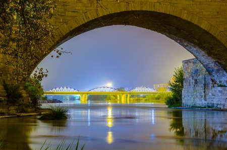 Vue de nuit sur la puente de piedra et puente de pilar dans la ville espagnole de Saragosse