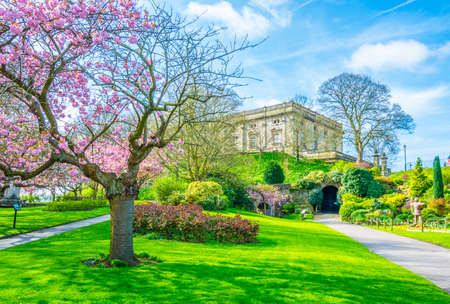 Uitzicht op een bloeiende tuin binnenkant van het kasteel van Nottingham, Engeland
