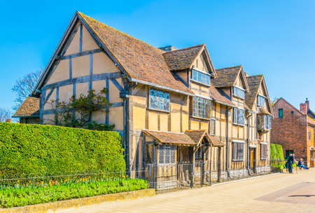 People are strolling next to the birth house of William Shakespeare in Stratford upon Avon, England  Imagens