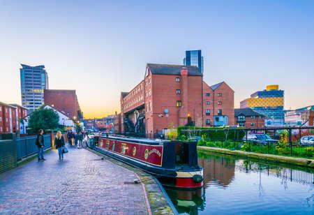 Biblioteca de Birmingham detrás de edificios de ladrillo junto a un canal de agua en el centro de Birmingham, Inglaterra Foto de archivo