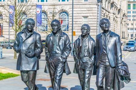 Statua dei Beatles di fronte al Royal Liver Building di Liverpool, in Inghilterra Archivio Fotografico