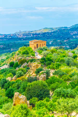 View of the Concordia temple in the Valley of temples near Agrigento in Sicily, Italy Banque d'images - 102276957