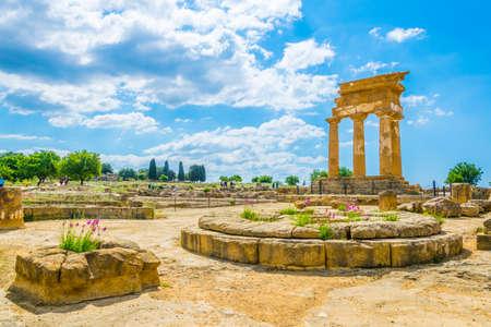 Vue sur les ruines du temple de Castore et Polluce dans la vallée des temples près d'Agrigente en Sicile, Italie Banque d'images