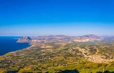 Aerial view of sicilian coast dominated by monte cofano, Italy Archivio Fotografico