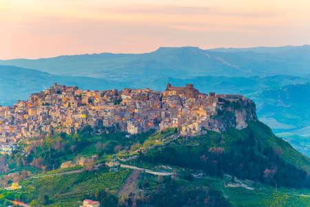 Sunset view of Calascibetta village in central Sicily, Italy. 版權商用圖片