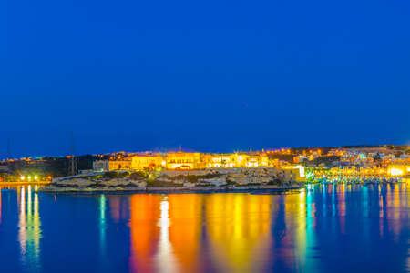 Night view of Villa Bighi in Malta Standard-Bild