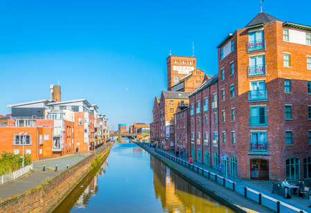 CHESTER, UNITED KINGDOM, APRIL 7, 2017: View of buildings alongside a channel going through the center of Chester, England Banque d'images - 105047224