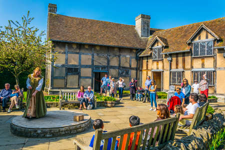 STRATFORD UPON AVON, UNITED KINGDOM, APRIL 8, 2017: Actors are performing pieces of Shakespeare's plays in his birth house in Stratford upon Avon, England 新闻类图片