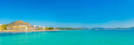 Holiday resorts stretched alongside Alcudia beach on Mallorca, Spain Reklamní fotografie
