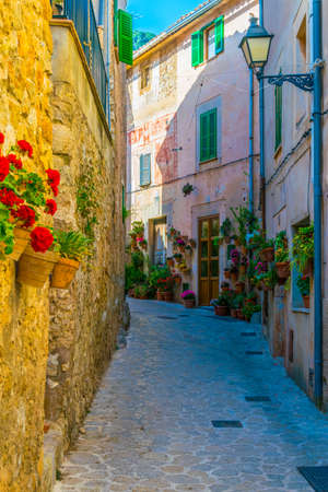 View of a narrow street in the spanish town Valldemossa at Mallorca 版權商用圖片