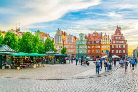 WROCLAW, Polonia, 28 de mayo de 2017: coloridas casas en la plaza Plac Solny en el centro de Wroclaw, Polonia