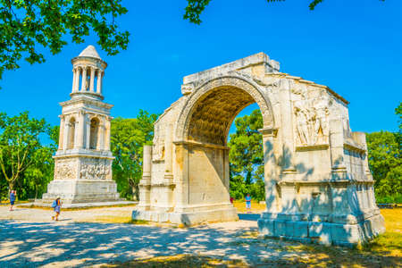 Les Antiques monument which is a part of Glanum archaeological site near Saint Remy de Provence in France Imagens