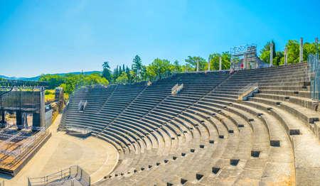 An ancient amphitheatre in Vaison-la-Romaine, France 版權商用圖片 - 107368714