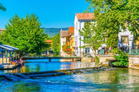 L'ISLE-SUR-LA-SORGUE, Francia, 24 de junio de 2017: Canal que recorre el centro histórico de l'Isle sur la Sorgue en Francia