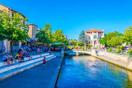 L'ISLE-SUR-LA-SORGUE, Francia, 24 de junio de 2017: Canal que recorre el centro histórico de l'Isle sur la Sorgue en Francia Editorial