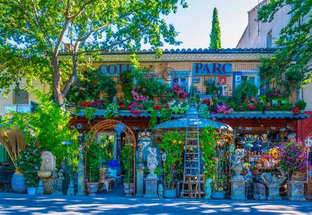 L'ISLE-SUR-LA-SORGUE, Francia, 24 de junio de 2017: Una tienda de jardinería l'Isle sur la Sorgue en Francia