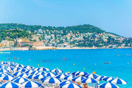 Niza, Francia, 11 de junio de 2017: la gente disfruta del verano en una playa en Niza, Francia