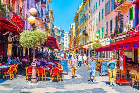 Nizza, Frankreich, 11. Juni 2017: Leute gehen durch eine enge Straße in der Mitte von Nizza, Frankreich Editorial