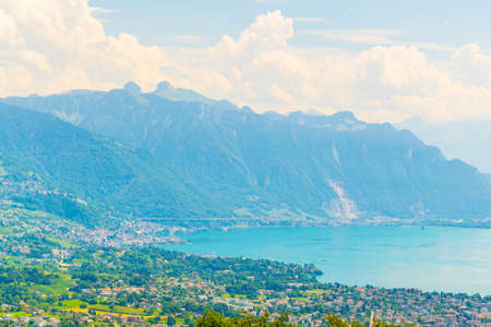 Luftaufnahme der Schweizer Stadt Vevey in der Nähe des Genfer Sees Standard-Bild