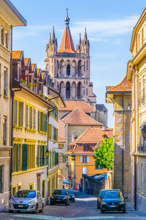 Cathedral of our lady at the end of a narrow street in the old town of Lausanne, Switzerland 新聞圖片