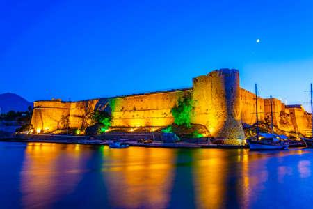 Sunset view over Kyrenia castle, Cyprus 新聞圖片