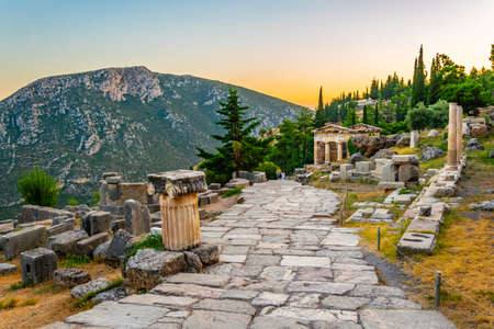 Sunset view of Athenian treasury at the ancient delphi site in Greece Banque d'images