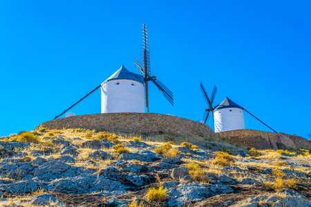 Molinos de viento blancos tradicionales en Consuegra en España